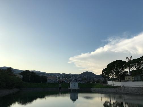 ニテコ池の向こうに見える甲山